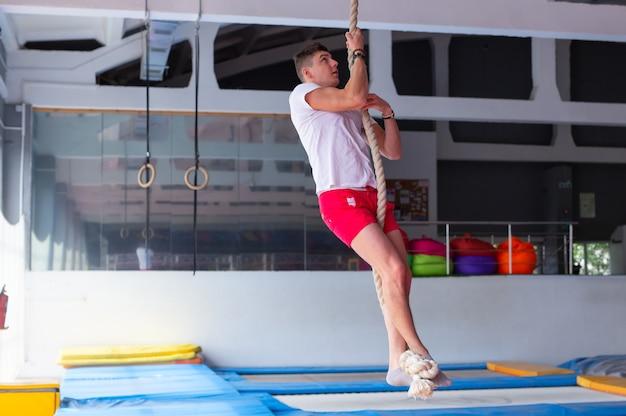 フィットネス ジム トレーニングでのフィットネス ロープ登り運動。