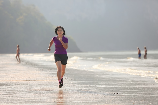 Фитнес бегун женщина на пляже ао нанг, краби, таиланд