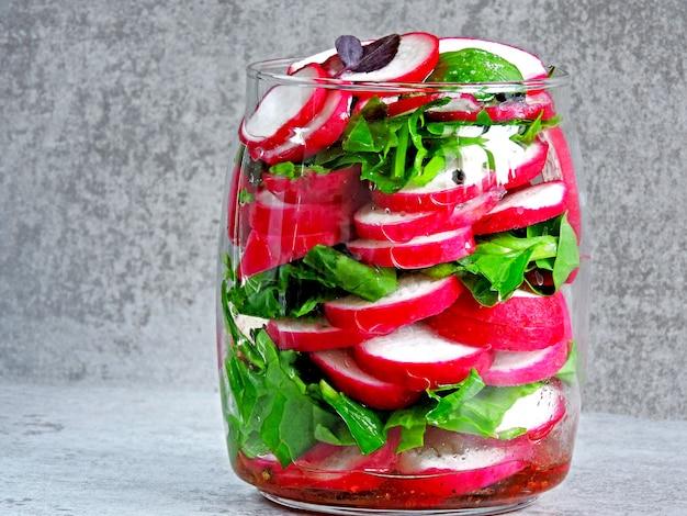瓶の中のフィットネスサラダ。瓶に入れた野菜サラダに行きます。