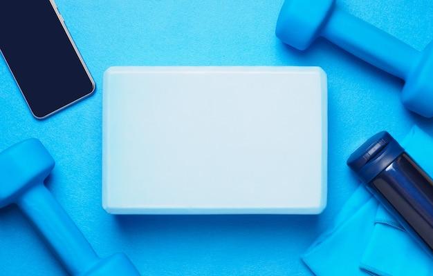 Фитнес-набор синего цвета - гантели, коврик, термос, телефон, полотенце, блок для йоги