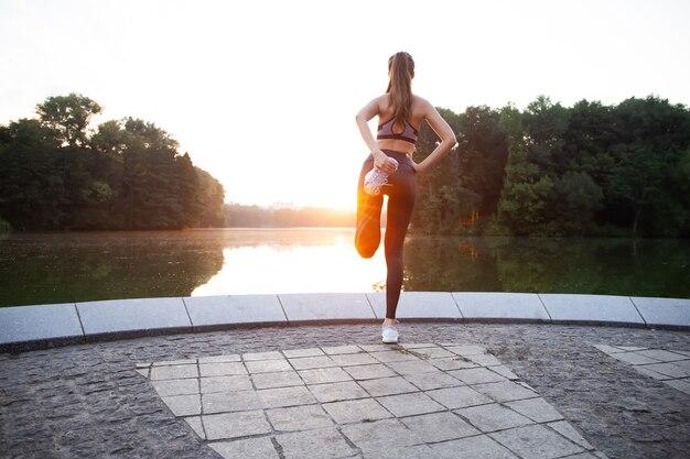 ストリート、アウトドアスポーツ、都会的なスタイルでフィットネス運動をしているファッションスポーツウェアのフィットネススポーツの女の子