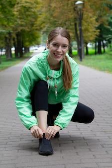 ストリート、アウトドアスポーツでフィットネス運動をしているファッションスポーツウェアのフィットネススポーツの女の子