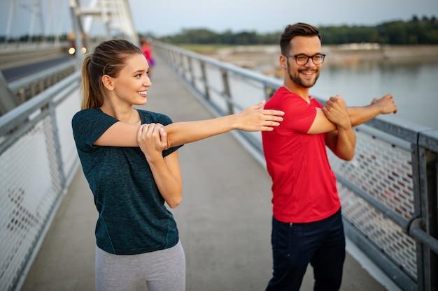 피트 니스, 스포츠, 사람, 운동 및 라이프 스타일 개념. 야외에서 실행 하는 맞는 커플