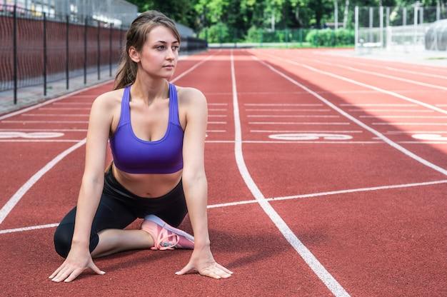 ストリート、アウトドアスポーツ、アーバンスタイルでヨガフィットネス運動を行うファッションスポーツウェアのフィットネススポーツ女性。健康的なライフスタイルのコンセプトです。