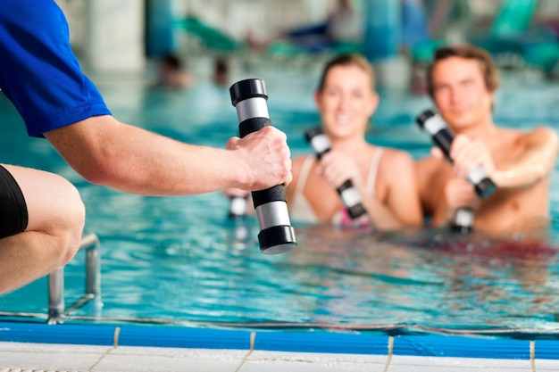 Фитнес - спорт и гимнастика под водой в бассейне или спа