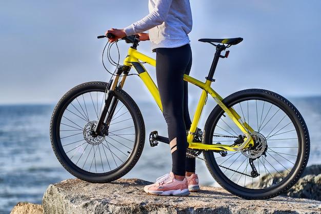 Фитнес спортивный женщина велосипедист с велосипедом