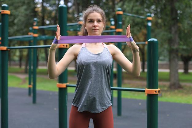 屋外エクササイズトレーニング中のフィットネススポーティな女性。