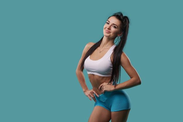 よく訓練された体と平らな腹を見せているフィットネススポーティーな女性