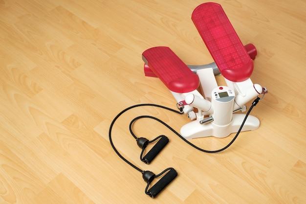 바닥에 디지털 디스플레이가있는 피트니스 스테퍼 또는 심장 강화 훈련