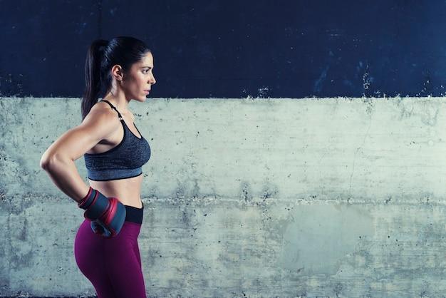集中してトレーニングに意欲を高めるフィットネス女性