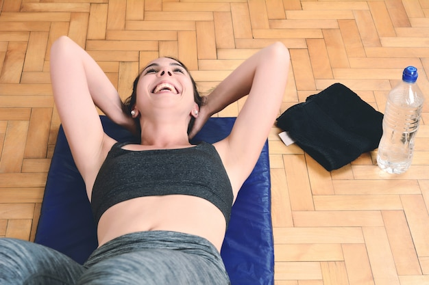 Fitness woman doing crunches at gym
