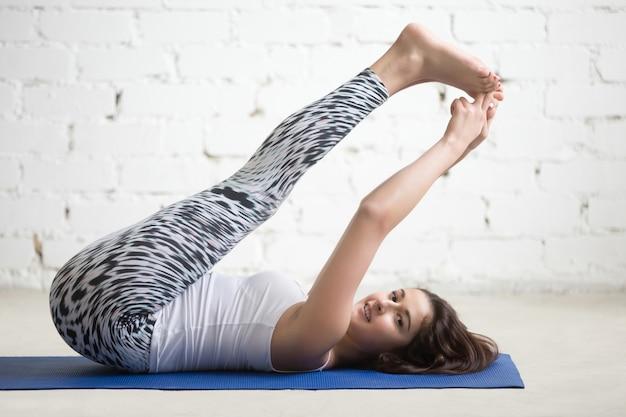 Fitness donna facendo esercizi sul tappeto sportivo