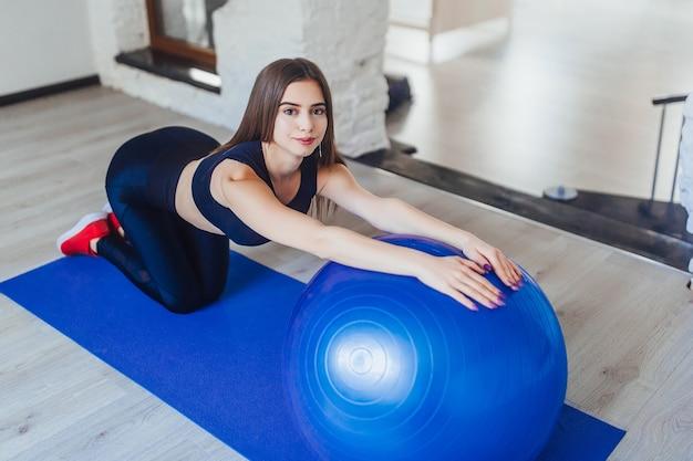 Женщина фитнес упражнениями йоги