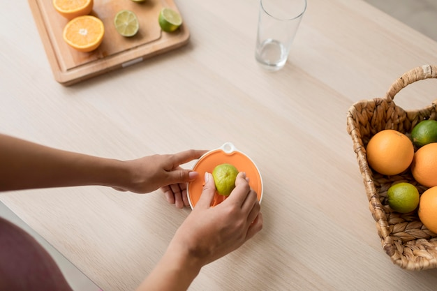 健康的なフルーツジュースを準備するフィットネス女性