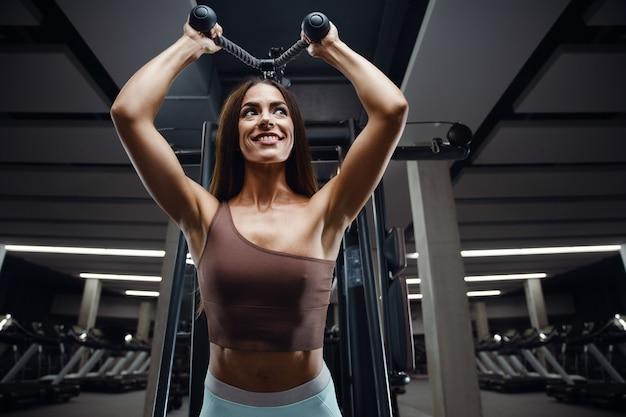 Женщина фитнеса накачивает задницу попой ноги мышцы тренировки фитнес и концепция бодибилдинга