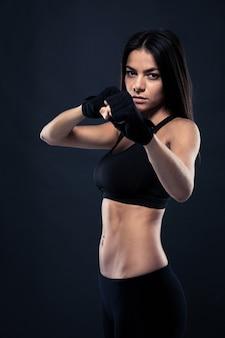 Женщина фитнеса готова к бою