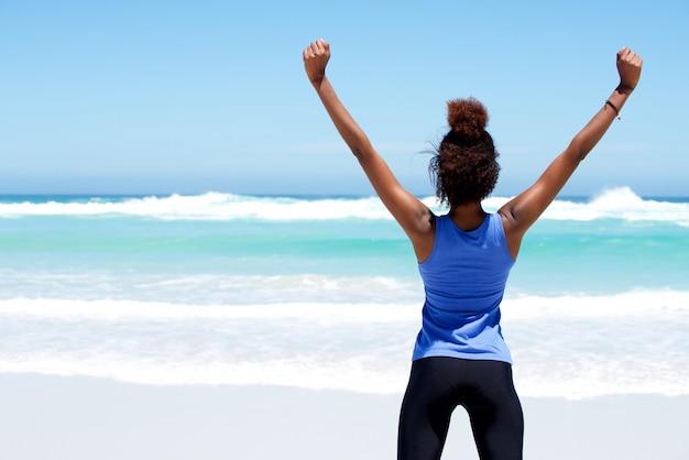 Фитнес-тренировка на пляже