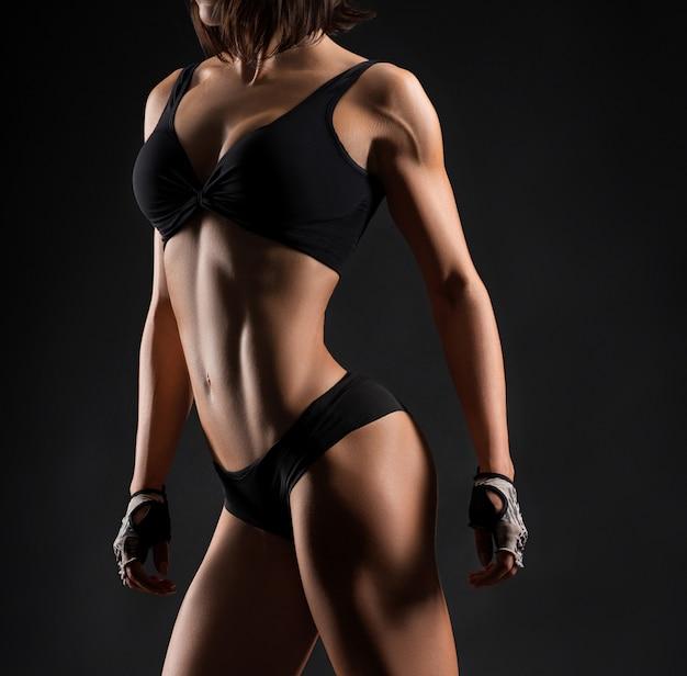 Студийные снимки женщины фитнеса