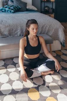 운동 후 휴식을 취하는 피트 니스 여자.