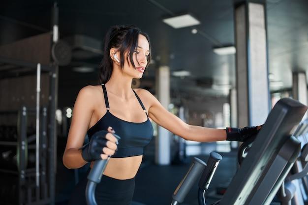 トレッドミルでトレーニングするフィットネス女性