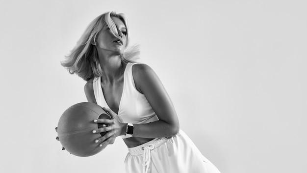 Тренировка женщины фитнеса с мячом медицины