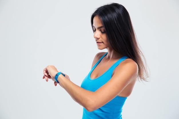 Женщина фитнеса с помощью фитнес-трекера