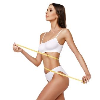 Женщина фитнеса с красивым телом на белом фоне