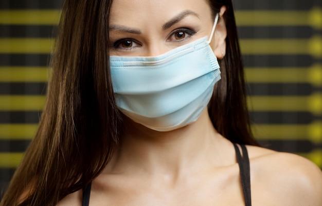 コロナウイルス病のフィットネス女性covid-19