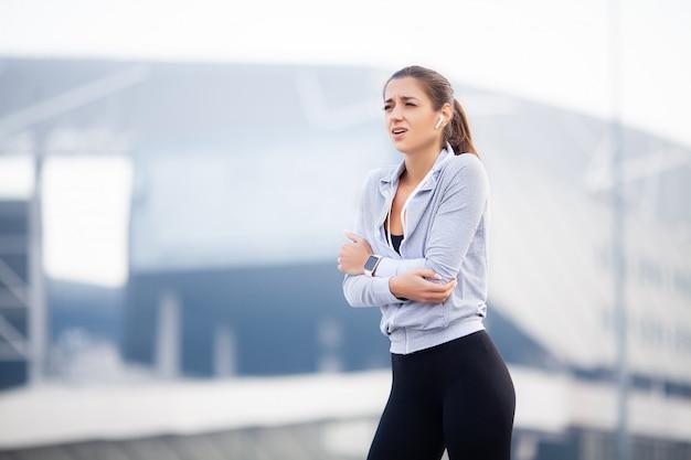 Фитнес женщина с болью в локте
