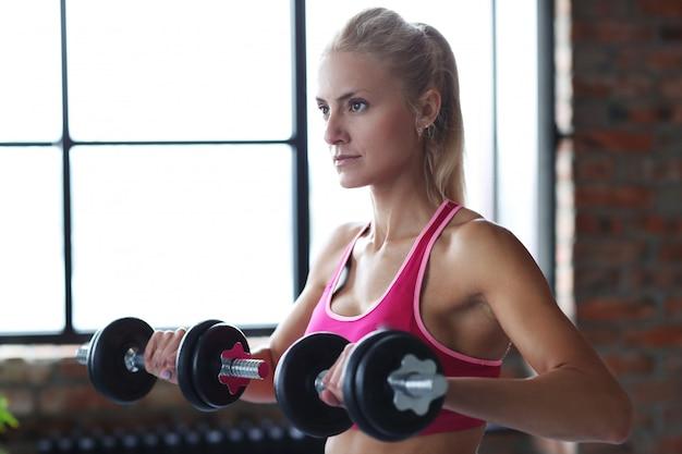 Allenamento fitness donna con manubri