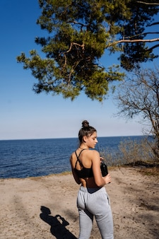 피트 니스 젊은 여자는 공원에서 산책과 포즈
