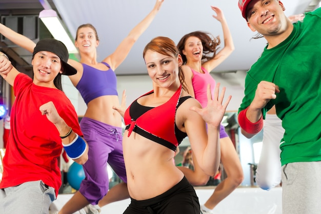 체육관에서 피트니스-zumba 댄스 교육
