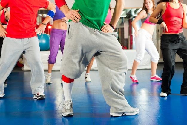 체육관에서 zumba 훈련 및 운동