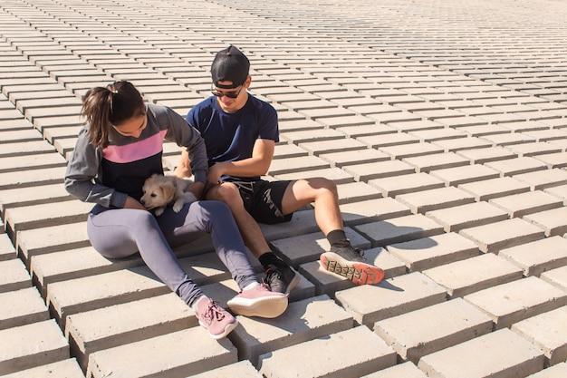 Fitnjugandoは、海岸で子犬とカップルします。