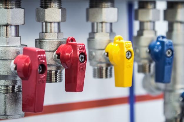 継手とバルブ、パイプとアダプター。配管器具および配管部品