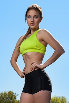 Красивая молодая женщина в fitwear на открытом воздухе