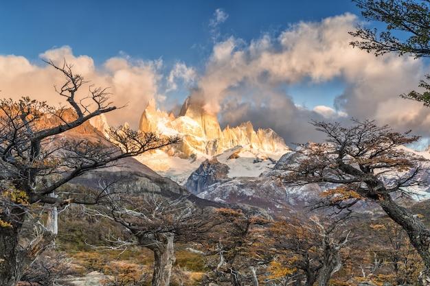 Гора фитц рой в национальном парке лос-гласиарес, эль-чалтен, патагония, аргентина.