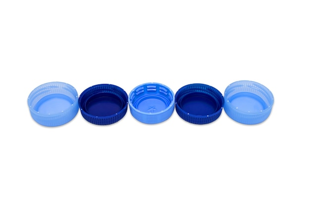 Пять синих пластиковых крышек в линию, изолированные на белом фоне. концепция утилизации