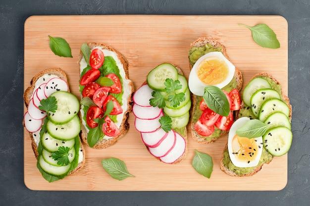 커팅 보드에 5개의 빵 토스트, 건강한 아침 식사 개념
