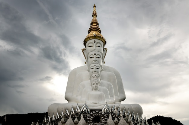 Статуя пяти будды в ват пхра тхат пха кео, провинция петчабун, таиланд