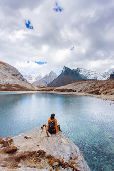 中国の四川省のdoacheng yading国立公園にある5色の湖。最後のシャングリラ
