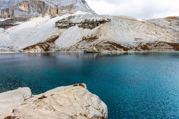 Озеро пяти цветов в национальном парке доаченг ядин, сычуань, китай. последняя шангри-ла