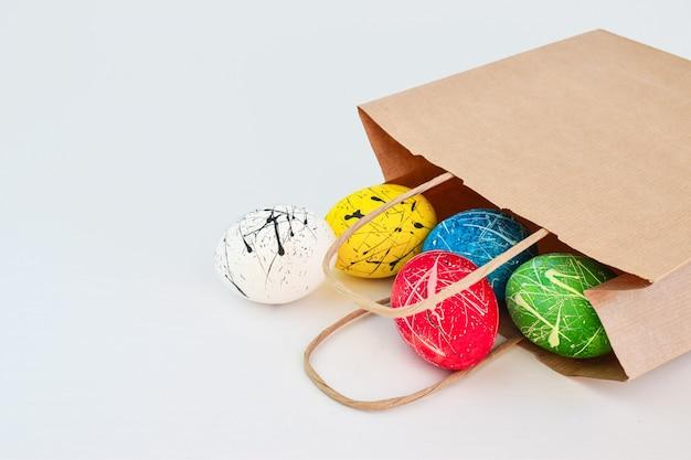 5 개의 장식 된 닭고기 달걀이 슈퍼마켓 종이 봉지에 들어 있습니다.