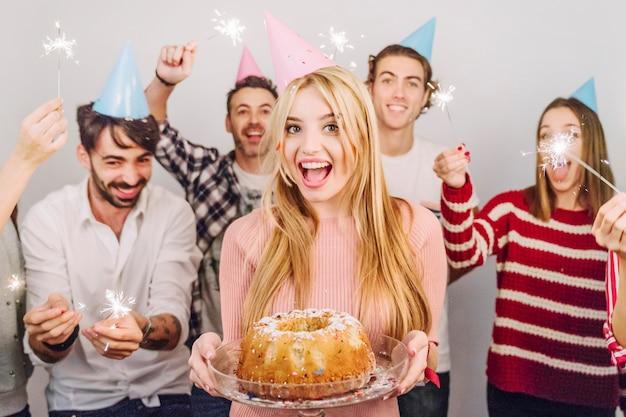 Пять друзей с тортом на день рождения