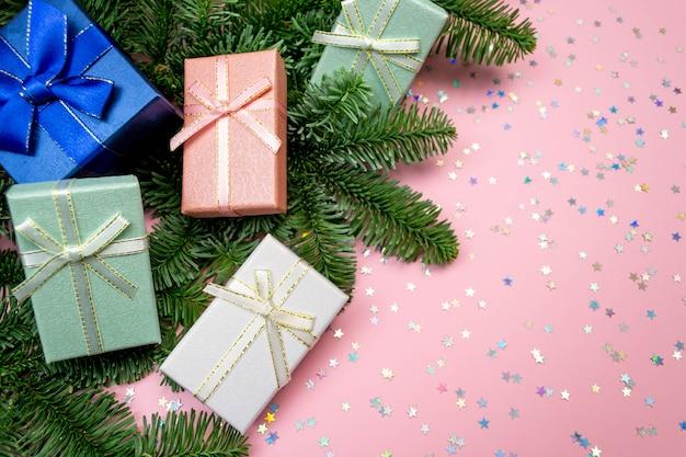 5 개의 선물 상자, 크리스마스 트리 분기 테두리 및 색종이