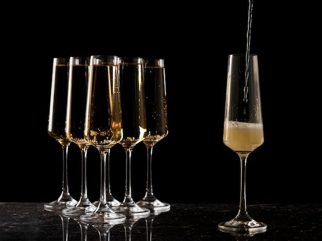 5 잔의 와인과 1 잔의 검은 색 유리. 인기있는 알코올 음료.