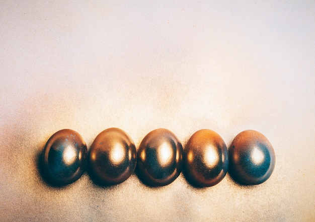 5つの黄金の卵が床に敷設