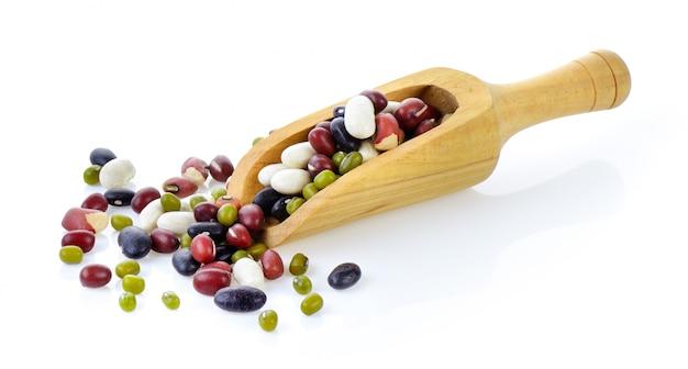 5つの穀物は、分離された白の豆を混ぜる