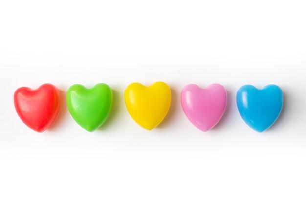 흰색 바탕에 5 여러 가지 빛깔된 마음입니다. 통합 우정 개념입니다. 사랑과 다민족
