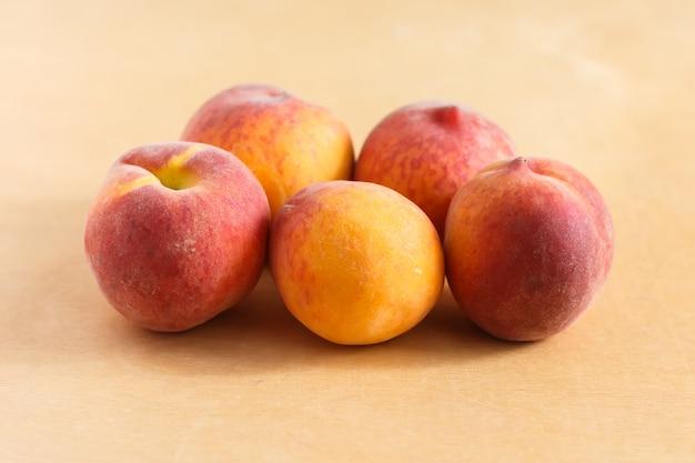 茶色のテーブルに5つの桃